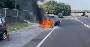25年老車下交流道 先冒煙再噴火爆炸嚇壞車主