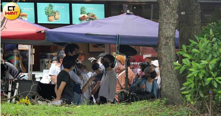 鳳小岳與桂綸鎂日前在台北市東區附近拍戲,有多年交情的兩人話匣子一打開就停不下來。(圖/本刊攝影組)
