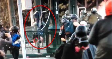 智利警方將抗議民眾從橋上丟下 16歲少年當場昏迷