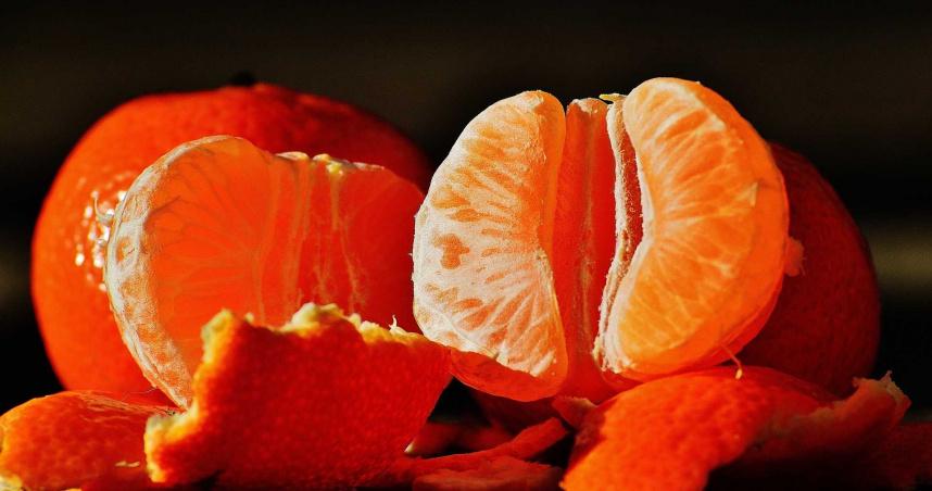 吃完橘子「手指被染紅」! 她用紙巾一擦傻眼:還有刺鼻味