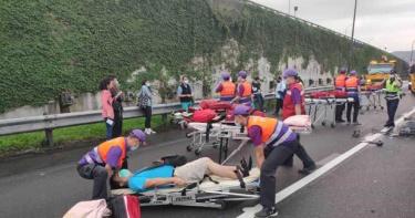 大雨惹禍 國光客運追撞聯結車8人送醫