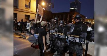 民眾持續抗議美警方失控? 直接對女記者、攝影機開槍