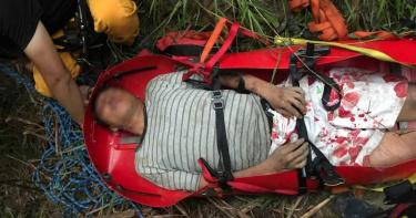 彎腰撿工具跌落17層樓深谷 男命大僅右肩骨折