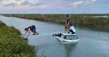 真的遊車河!台南小轎車衝入海溝 5人受困待救