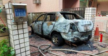 離奇!車剛停妥突竄出火苗 搶救不及愛車燒成廢鐵