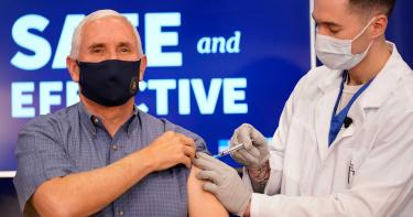 增強美國人信心!副總統彭斯「電視直播」接種新冠肺炎疫苗