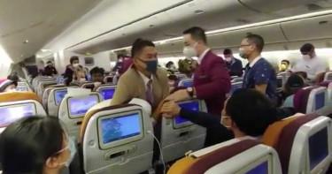 不滿消毒時間太久!中國女對空姐狂咳嗽慘遭「鎖喉壓制」