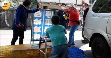 果攤小巨人3/不忍長輩頂高溫無償幫銷售 卻遭隔壁攤商惡意羞辱