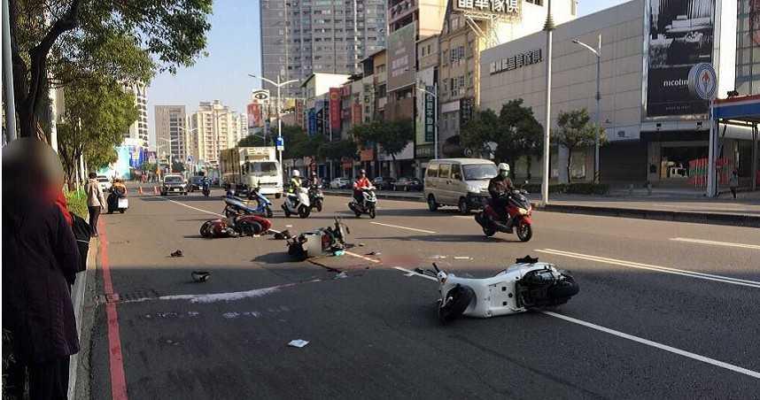 前方騎士撿手機突減速 後方駕駛倒楣追撞摔車不治