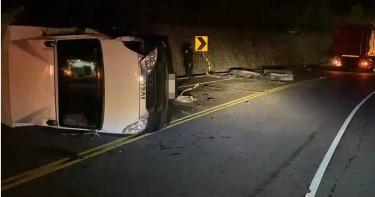 嚴重車禍!台東2貨車疾速對撞翻覆 1駕駛噴飛卡山壁無呼吸心跳