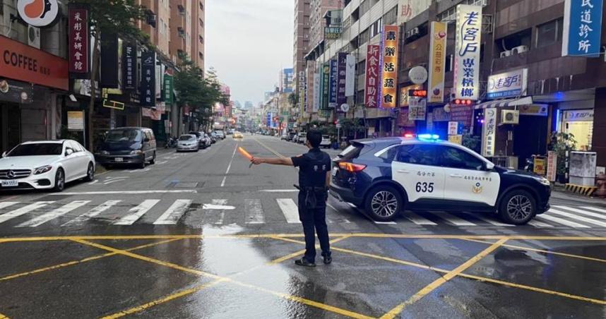 台中西屯「地下水管爆裂」慘狀曝光 急拉封鎖線搶修