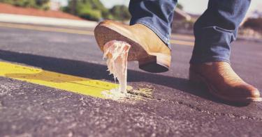 比馬桶還髒!醫曝鞋底「96%是糞屎菌」 綁鞋帶不洗手…噁心病菌秒上身