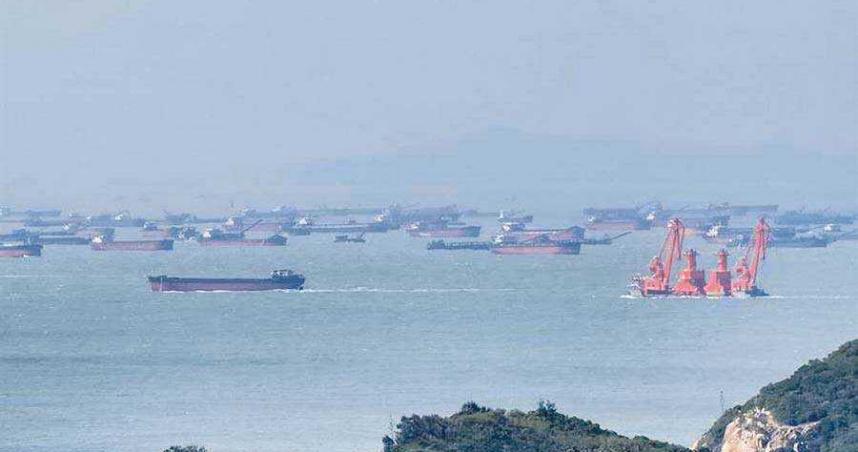 又來!馬祖再遭陸抽砂船包圍 數量竟逾50艘高空即可見