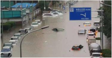 影/北京暴雨成災!地鐵上演「水濂洞」馬路成河流 慘狀曝光