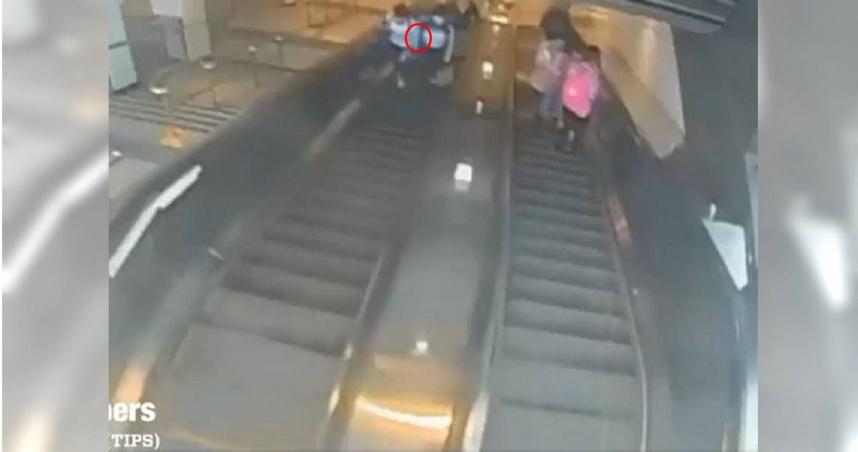 地鐵站被撞她「要求道歉」 下秒遭惡男一腳踹下電扶梯