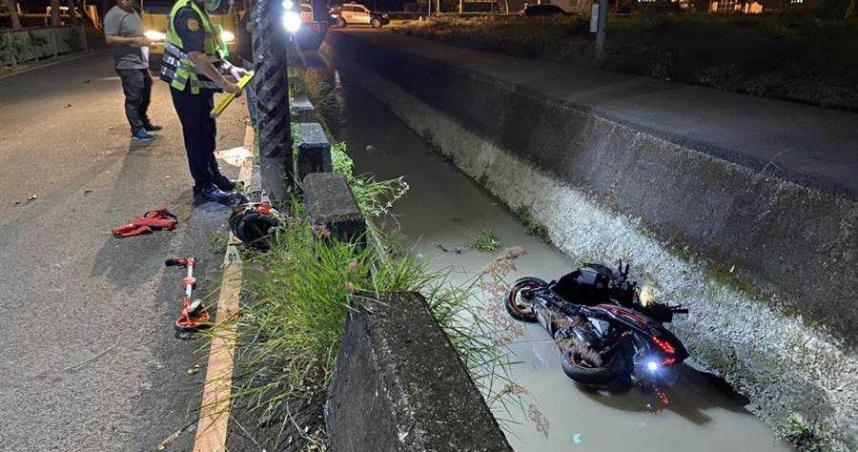騎士撞電桿摔水溝 消防員溝中CPR仍昏迷