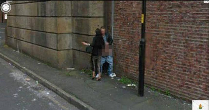 Google街景遮不住巨根!他褲脫一半入鏡 女郎「路邊幫做半套」