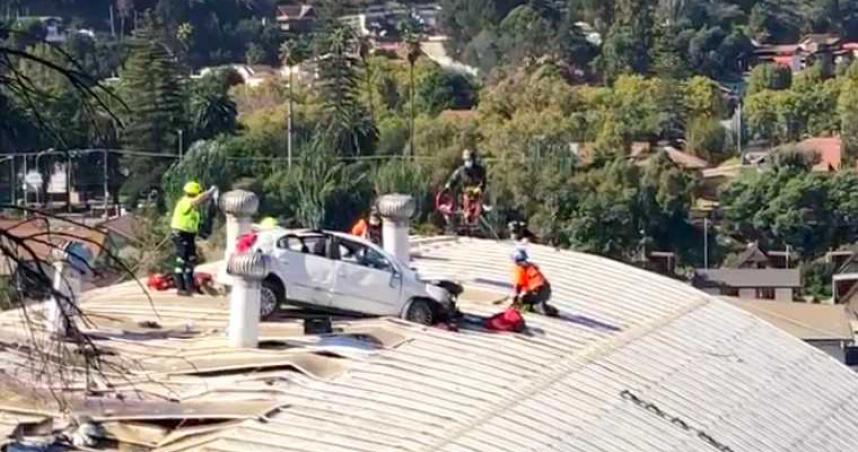 汽車山路突爆衝 飛天25公尺翻覆在體育館屋頂