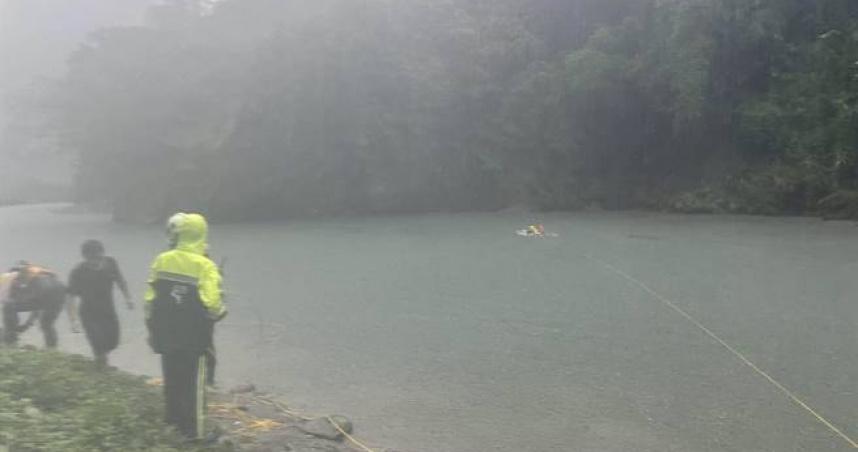 為救失足友人「16歲少女遭溪水沖走」!警消救援中