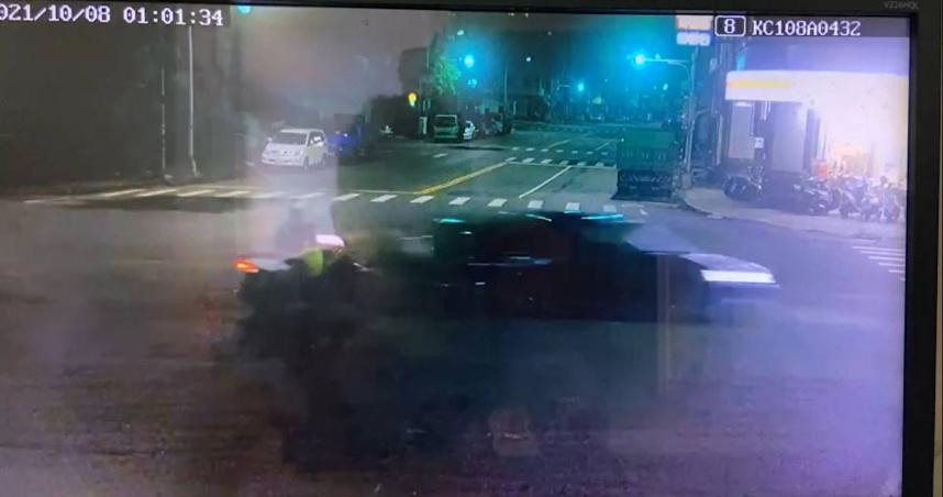 暗夜飛速撞飛女騎士 車頭全爛駕駛逃逸