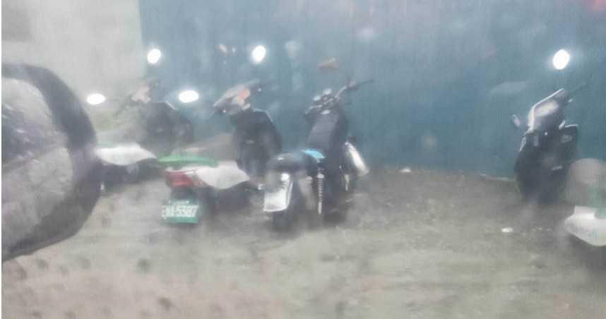 午後暴雨狂炸!蘆洲多區淹水最高深半個輪胎 多輛機車泡水中