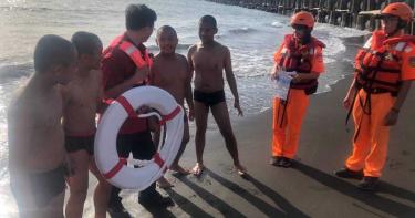 旅遊旺季溺水事件頻傳 海巡走動式防溺宣導民眾大讚