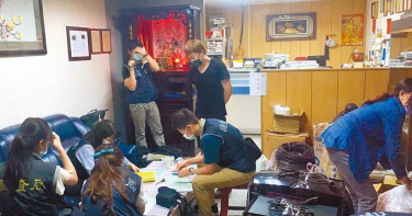 公司牆上掛「暗黑發財5秘笈」被拍到 林明進辯:是用來警惕自己的