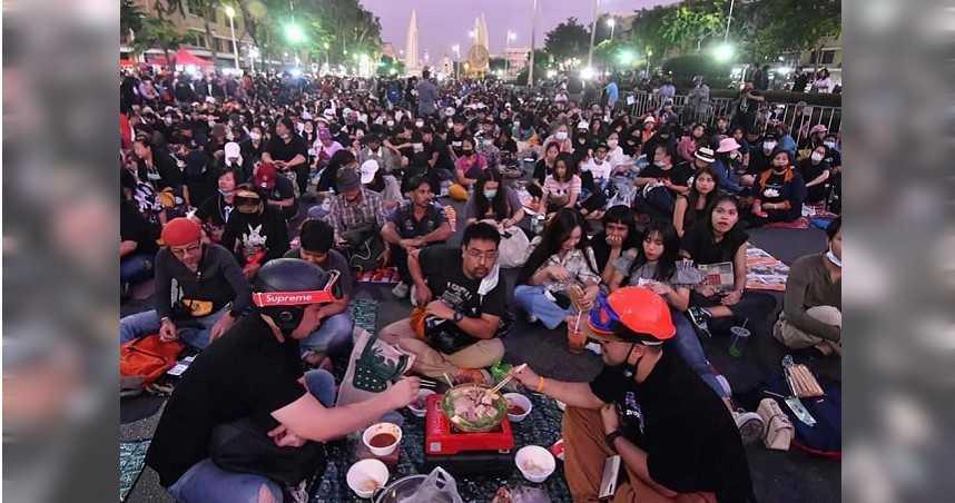 泰國示威出奇招 「民眾席地烤肉」網笑:真有創意