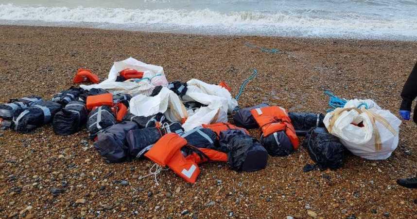 英國海灘出現價值近8千萬古柯鹼包裹 3名毒犯逮捕後獲保