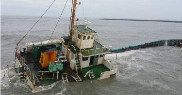 貨輪不敵風浪擱淺 8船員獲救