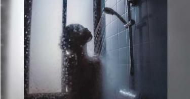 33歲媽寶男每週「母子共浴」!兒子去嫖妓…媽床邊淚喊:加油