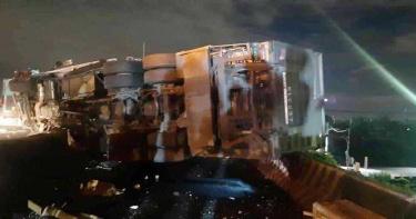 國道1號大貨車爆胎翻覆 胎皮飛對向車道砸小客車