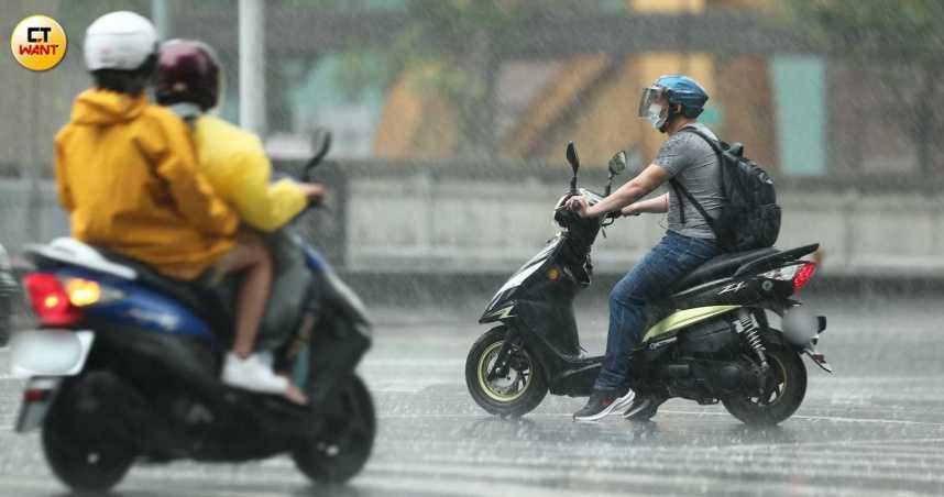 彩雲颱風接近! 全台15縣市豪大雨特報