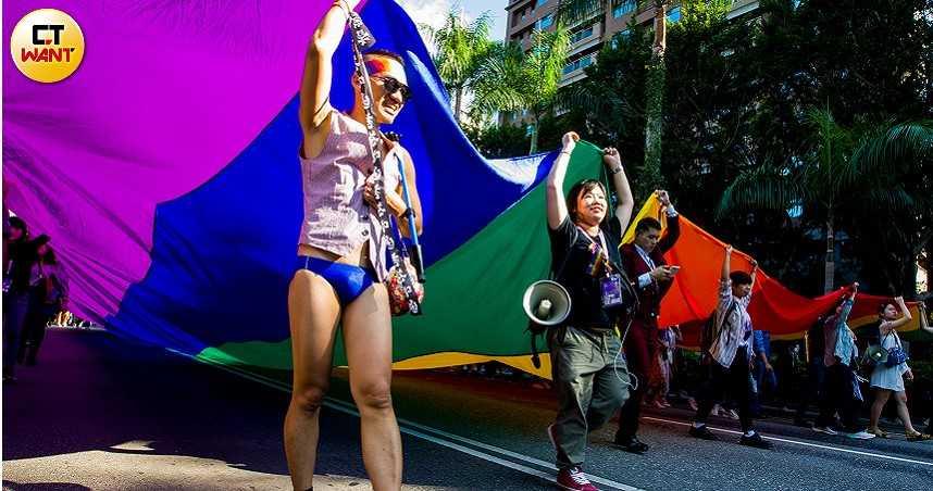 台北同志遊行「四面佛」吸睛!主辦單位:共邀大眾響應「成人身體自主」議題