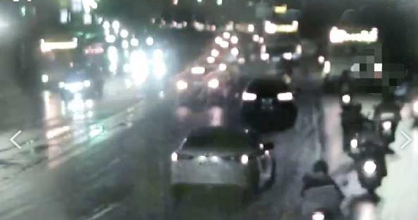 雨天雙載南港橋摔車 公車輾爆頭夫爆頭慘死妻捲車底
