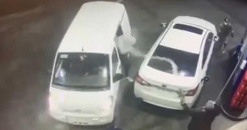 加油遇3劫匪!男機警「拿油槍狂噴」成功擊退 網笑:惹錯人了