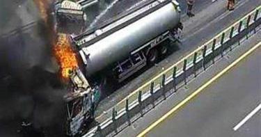 油罐車追撞貨車 西濱烈焰沖天濃煙封車道