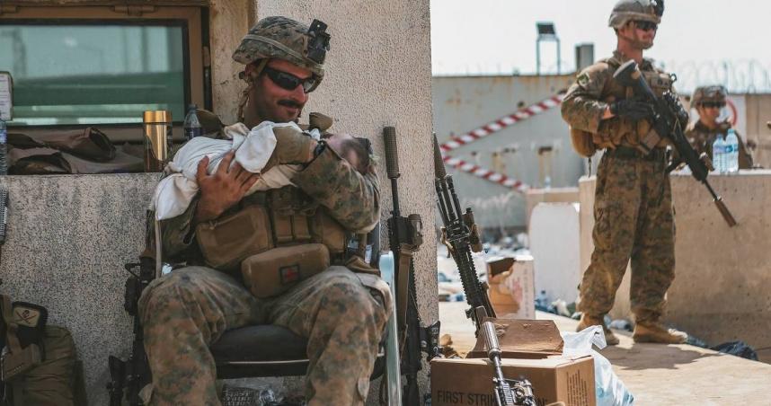 美國士兵抱「阿富汗嬰兒」變奶爸慈笑安撫!蹲地餵小孩喝水 暖哭萬人