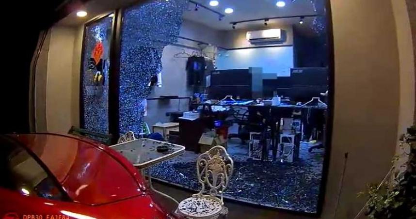 高雄精品店疑消費糾紛遭4煞持棍狠砸 整片落地窗應聲破碎