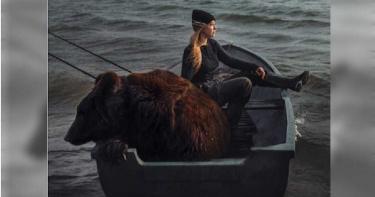 戰鬥民族94狂!正妹和棕熊在船上釣魚 她曝真相:是寵物