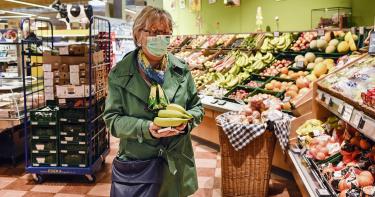 老婦逛超市對貨架狂咳 店家急扔百萬商品