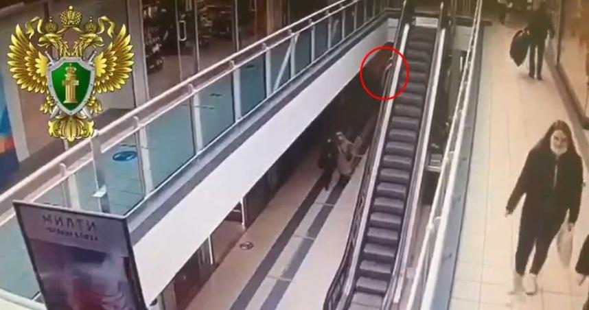 4歲童貪玩遭電扶梯拖行 「升6公尺高空」摔落1樓櫃台重傷