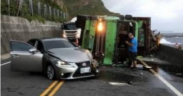 濱海公路貨車過彎翻覆 高速撞擊Lexus驚險畫面曝光