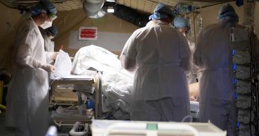 西班牙醫忍淚「拔掉長者呼吸器」 台醫看完做惡夢:我們守不住了