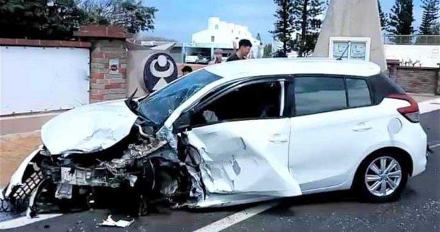 澎湖小客車對撞 車頭撞爛10人輕傷送醫