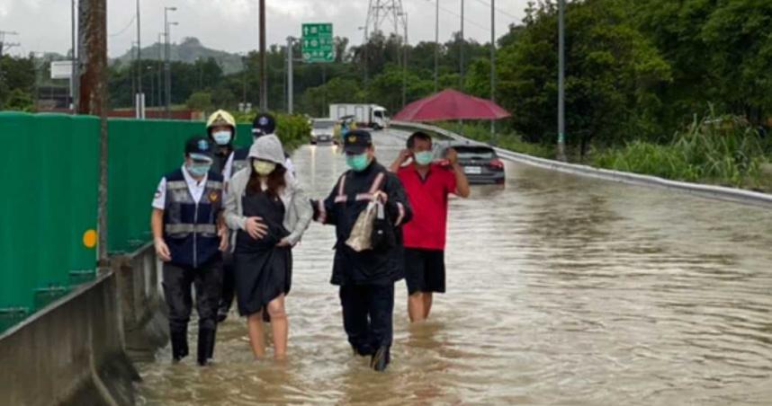 雷雨炸高雄! 孕婦拋錨驚險涉水 黃泥漿淹沒街道