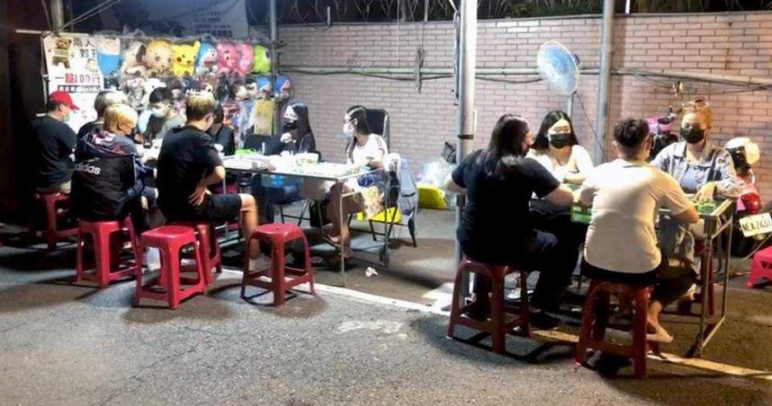 大東夜市遊戲攤商未保持社交距離 市府將開罰