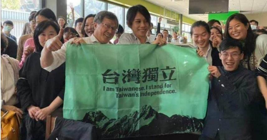 謝志偉臉書發文談國旗批藍舔共 指自己舉國旗可是邊舉邊吐血