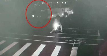 義大客運左轉撞黃牌重機 噴飛撞毀9汽機車