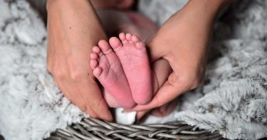 新手爸媽享受兩人時光!委託阿姨照顧5月大女嬰 竟「全身發紫」猝死